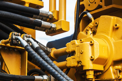 hydraulicstractoryellow.focusonthehydraulicpipes(1)